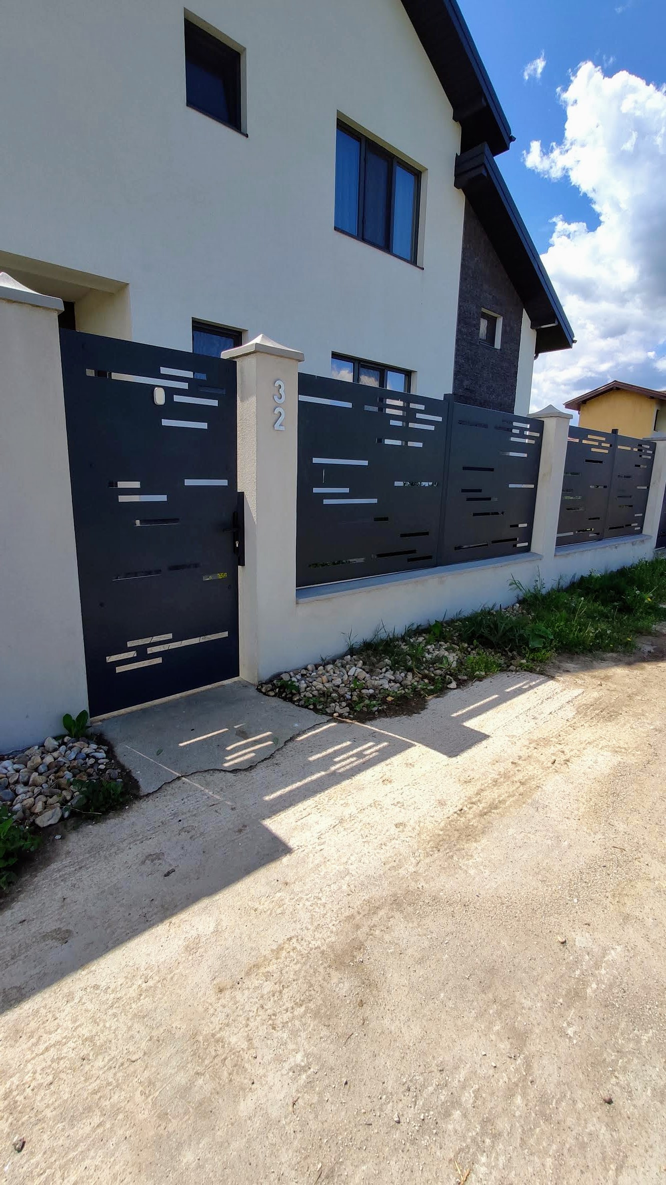 Gard Beton Panouri Metalice Poarta Curte