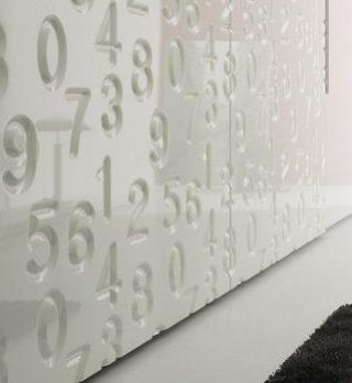 perete ornamental hol camera culoare alba semitraforaje model cifre