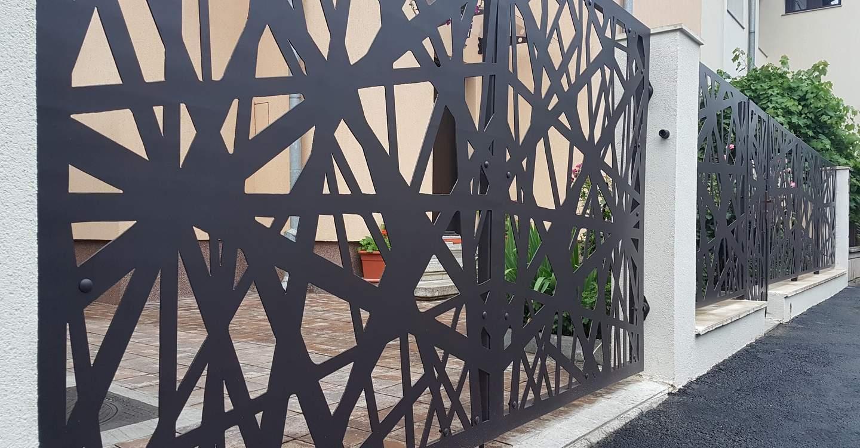 gard cu poarta batanta, elemente metalice traforate si soclu din beton cu panouri otel perforat