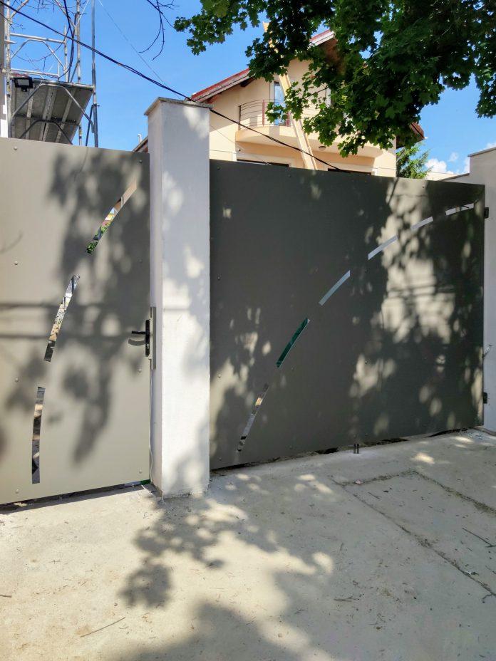 porti metalice de intrare in curte cu fante decupate si finisate prin vopsire in campelectrostatic