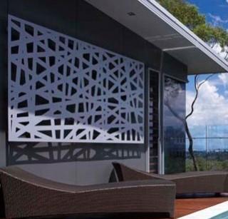 Panou decorativ metalic ornamental amplasat pe peretele exterior al cladirii, tratat anticoroziv si vopsit alb in camp electrostatic