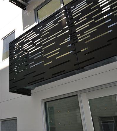 Detaliu balcon la o locuinta din judetul arges in care se vede balustrada metalica cu decupaje liniare facute in tabla de otel si vopsita in culoarea neagra