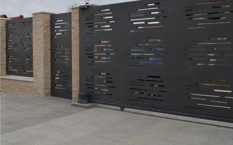 Poarta intrare curte din panouri decorative cu automatizare pe role