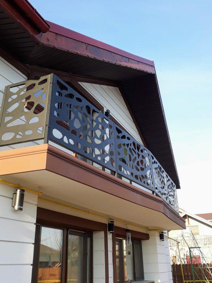 casa cu balcon traforat la etaj