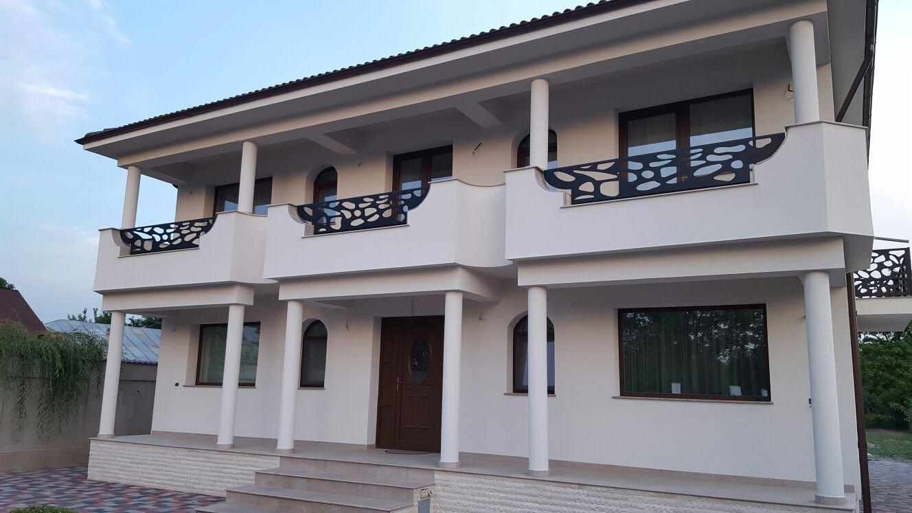 casa moderna cu terasa si balcoane design traforat