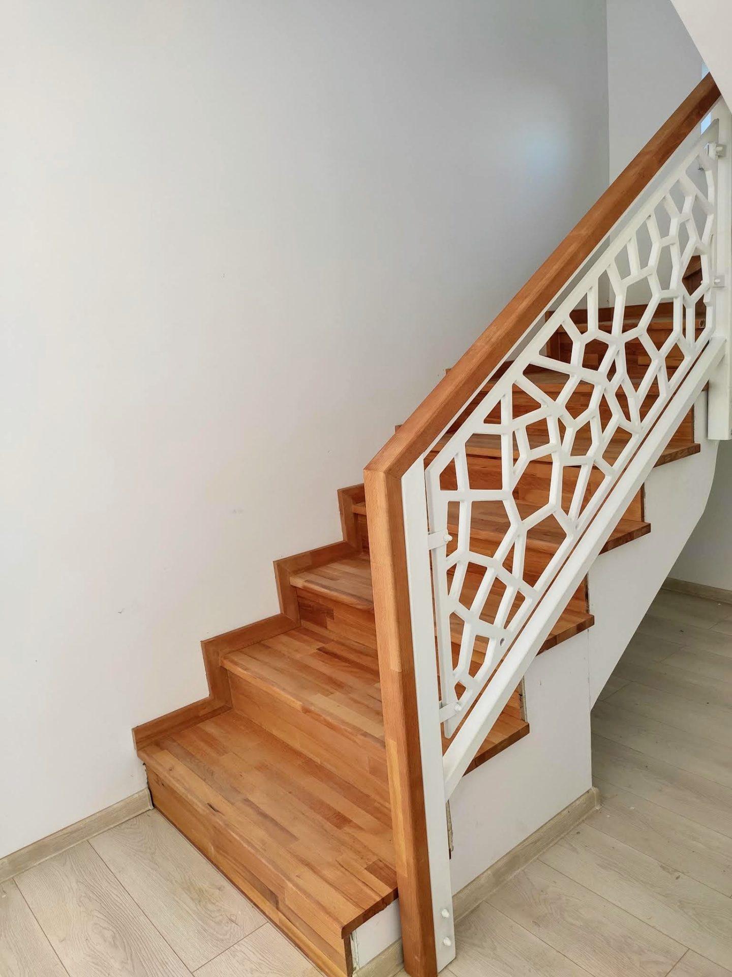 Balustrada lemn scara interioara trepte fag mana curenta