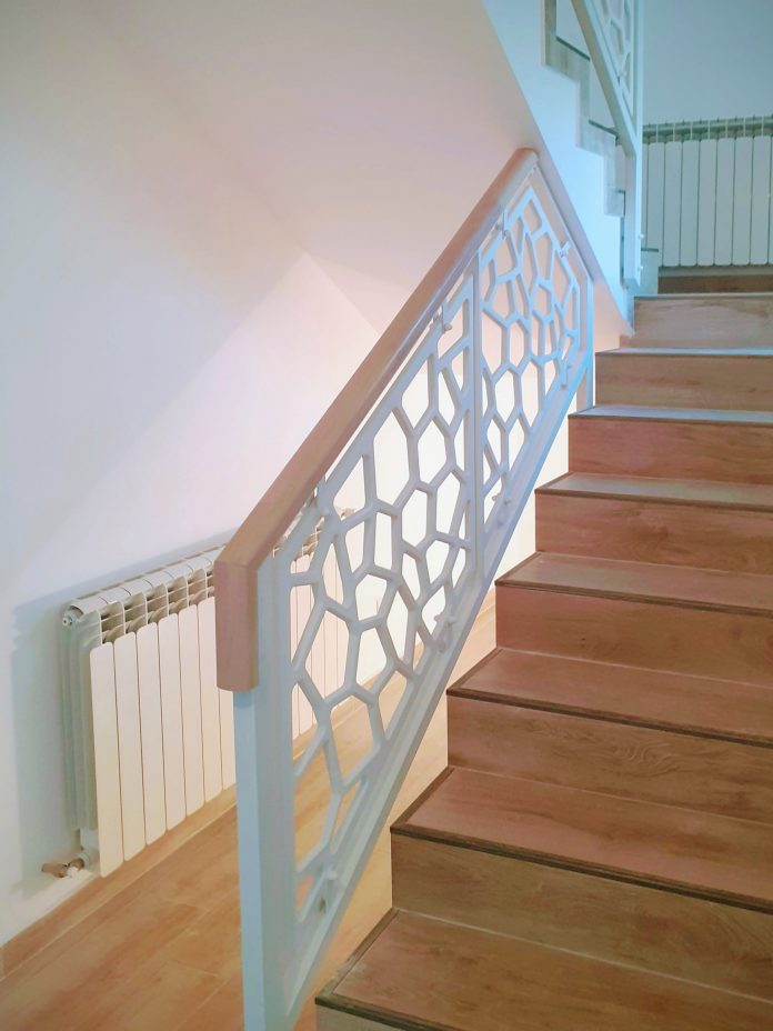 balustrada mdf traforat cu mana curenta lemn