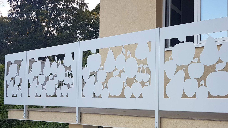 panouri cu model decupat fructe la o balustrada moderna
