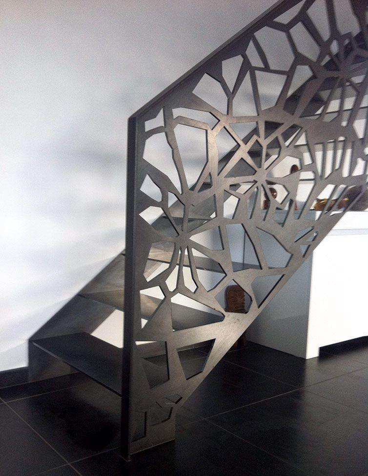ambient interior scara metalica cu balustrada traforata
