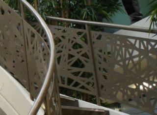scara cu balustrada curbata din metal ornamental vopsit