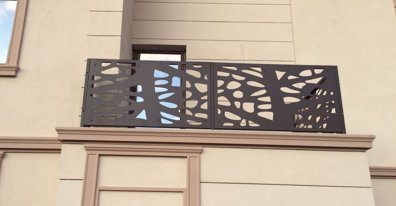 balcon protejat de balustrada metalica decupata cu plasma