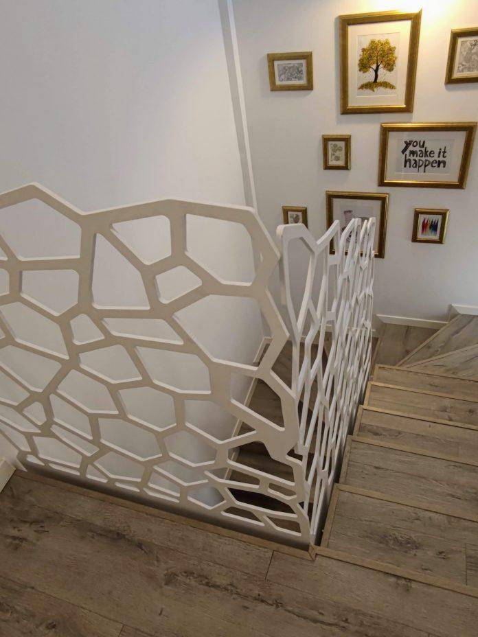 balustrada metalica din otel traforat cu forme de fagure
