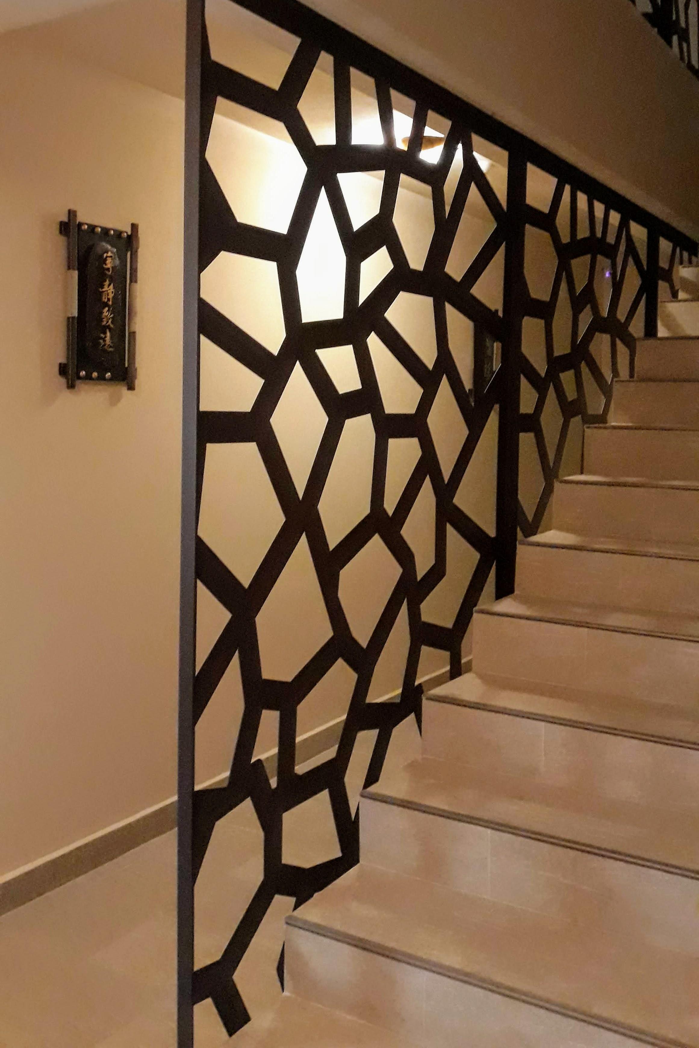 panouri asezate sub forma de careu care protejeasa la cadere casa scarii