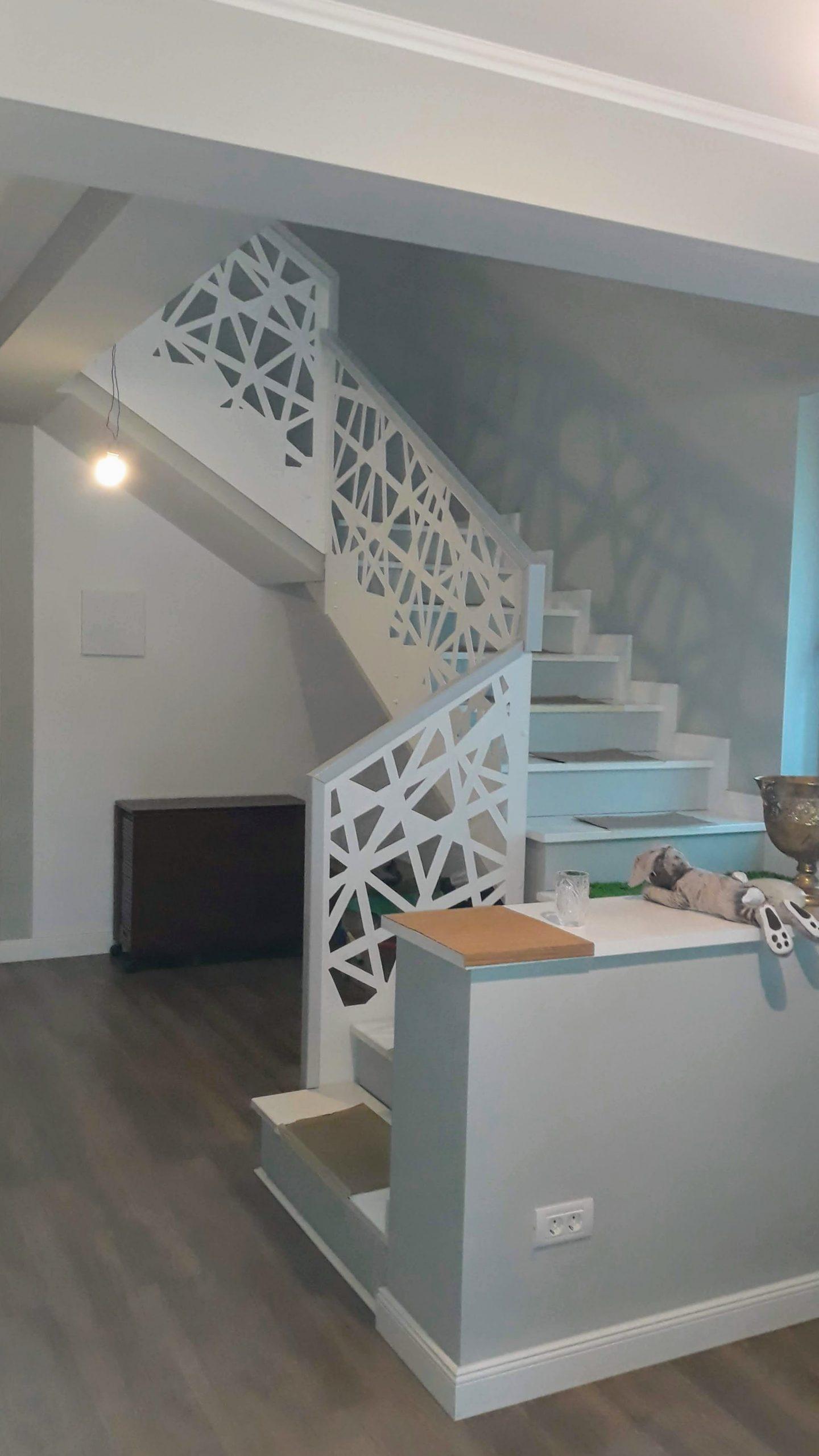 balustrada scara cu mana curenta lemn vopsit gri