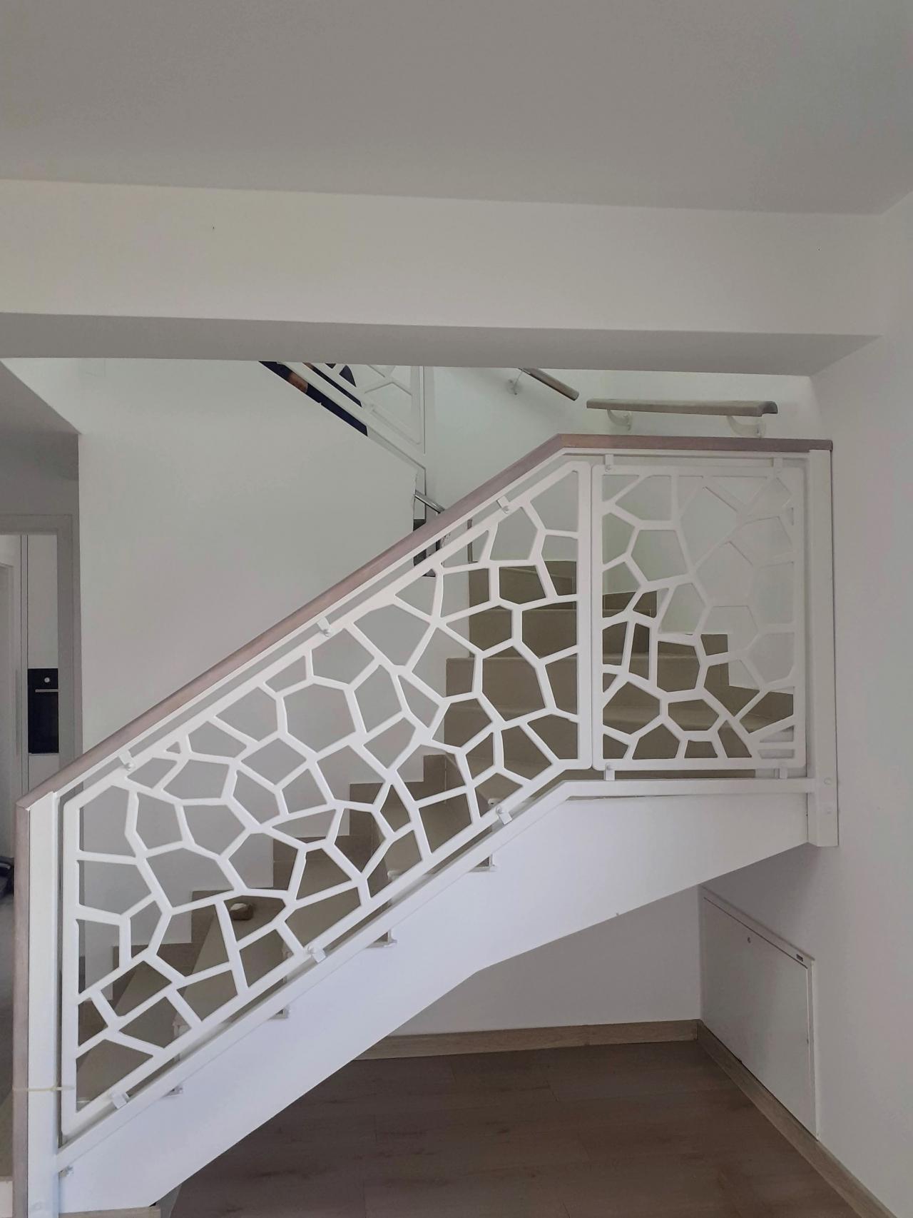 balustrada scara interioara din otel traforat alba cu mana curenta