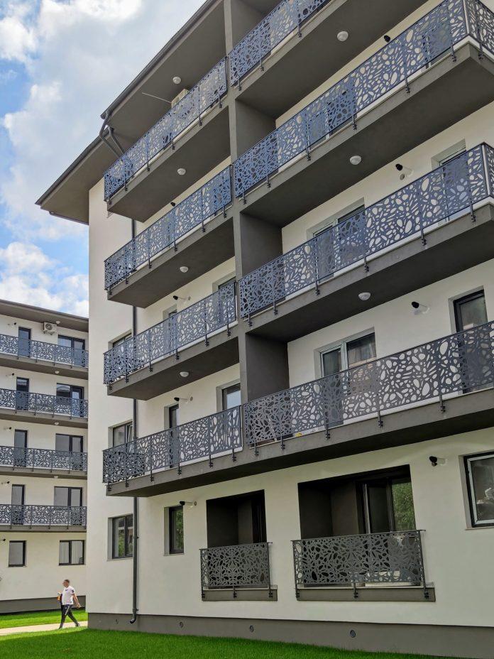 balcoane complex rezidential cu balustrade din aluminiu decupate laser