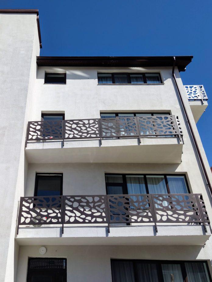balustrade traforate la balcoanelele unui imobil cu etaj din Fundeni