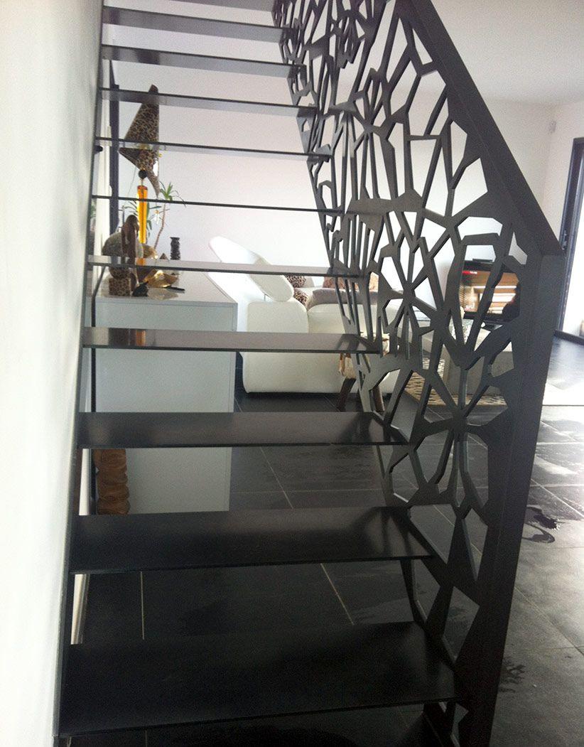 trepte metalice si balustrada cu decupaje laser la o scara interioara