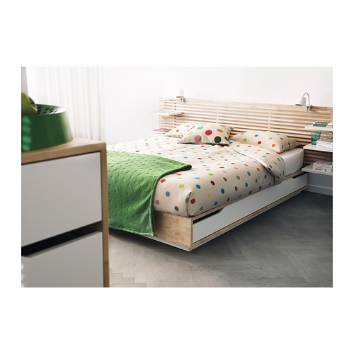 imagine dormitor mobilat pat cu tablie si polite din mdf vopsite alb