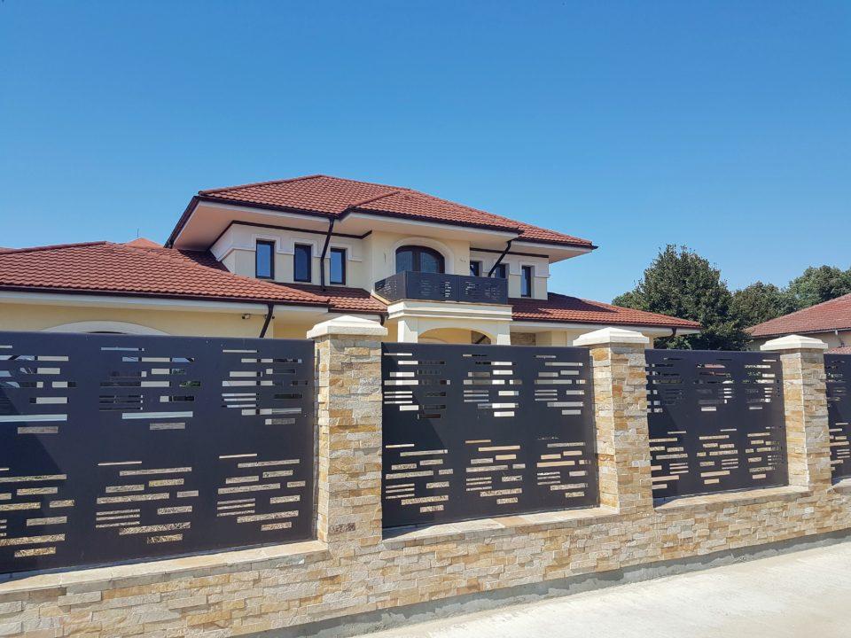 Casa stil clasic cu gard si balustrada moderna