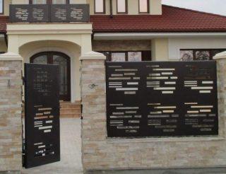 gard modern cu soclu placat cu piatra si panouri debitate plasma
