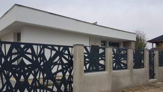 panouri metalice de gard si poarta culisanta la sol model contemporan