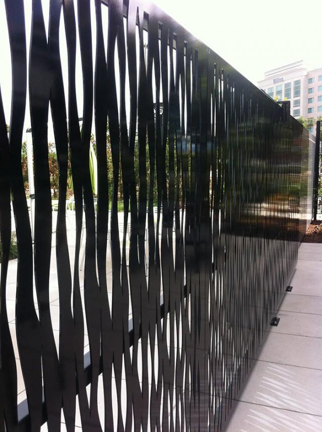 gartd decorativ din panouri decupate in metal si vopsite negru