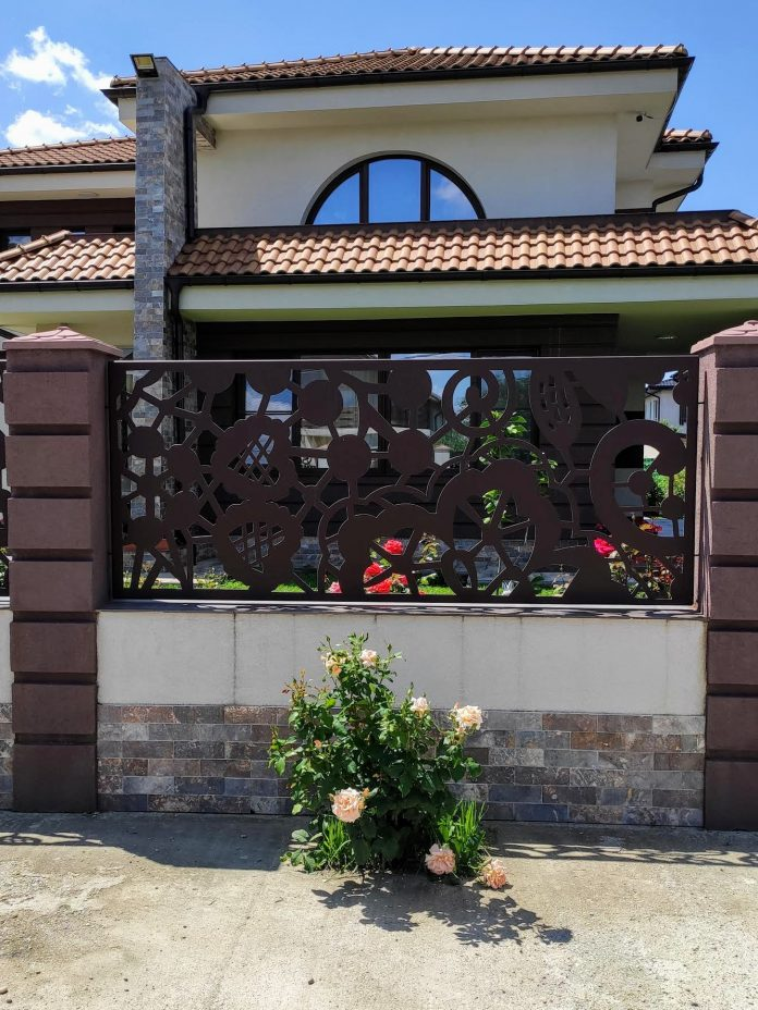 gard modern cu panouri traforate metalice vopsite maro