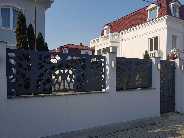 gard modern din panouri traforate vopsite gri