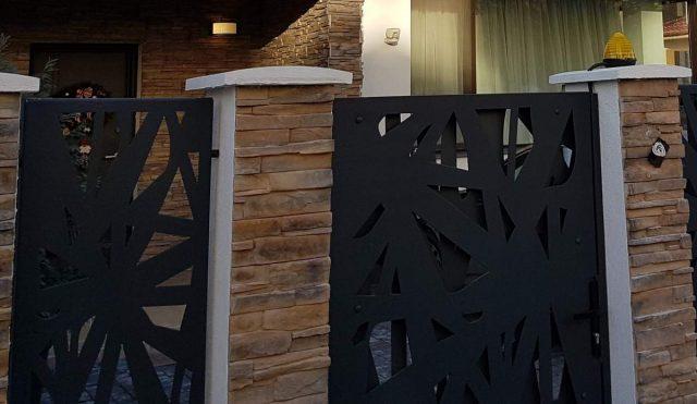arhitectura contemporana gard metalic din otel si balustrada metalica decorativa