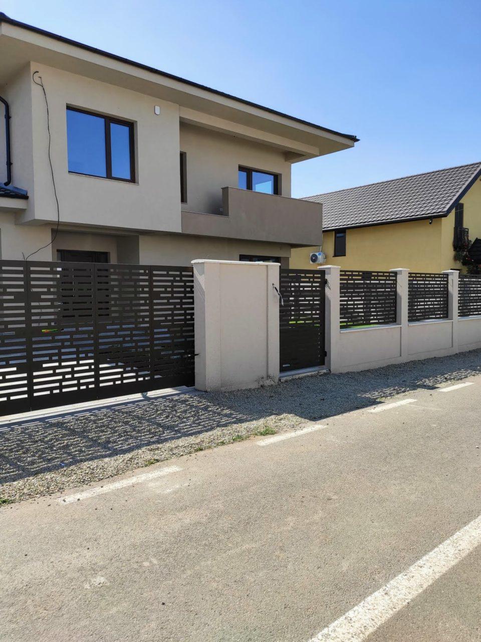 gard cu soclu din beton si panouri metalice traforate
