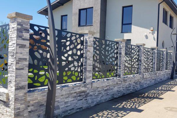 Gard modern placat cu piatra si panouri metalice