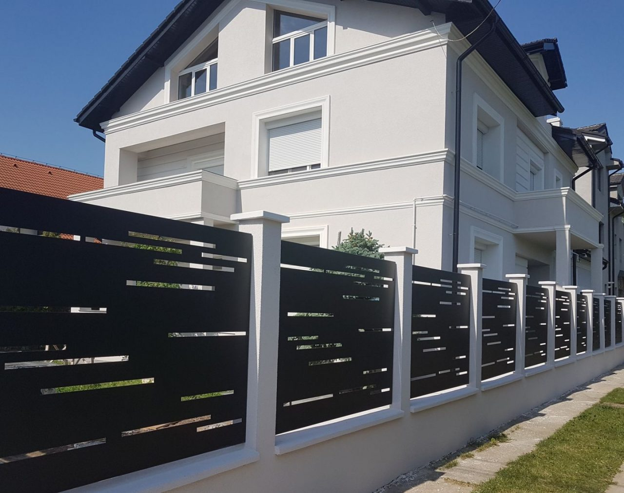 locuinta rezidentiala cu gard modern din panouri traforate la plasma