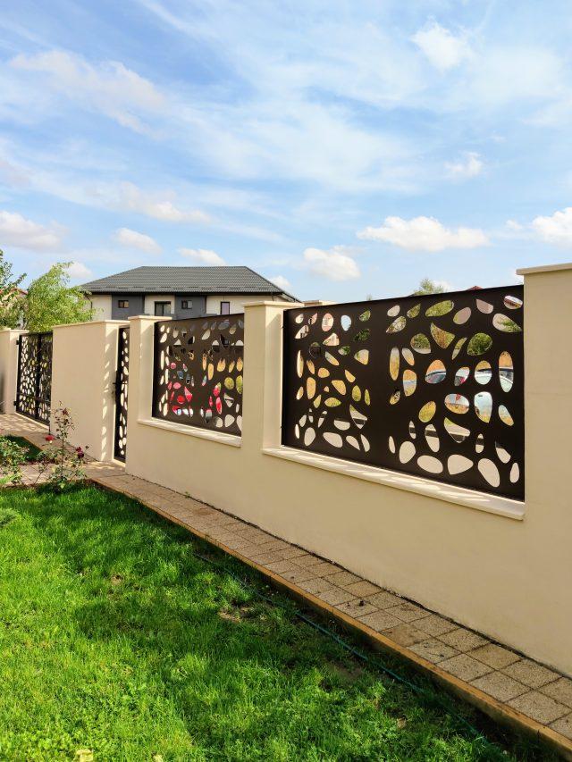 gard cu soclu si stalpi din beton si panouri din aluminiu traforat vopsite maro