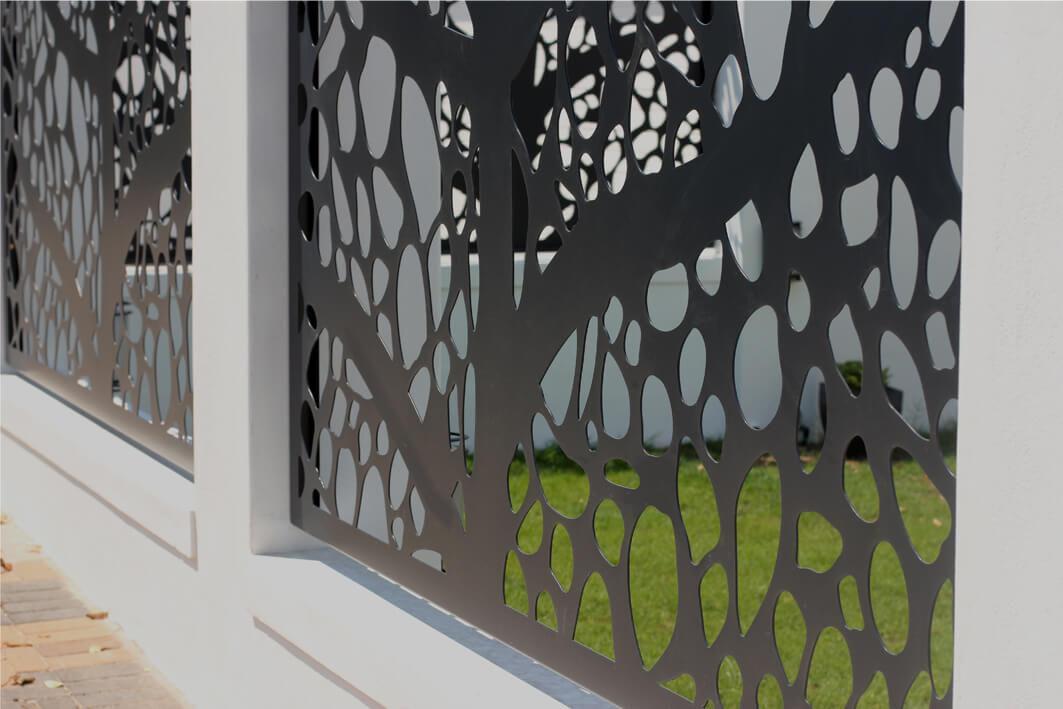 detaliu locuinta exterior panouri gard cu aspect modern