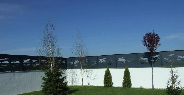 panouri metalice care completeaza soclul inalt al unui gard