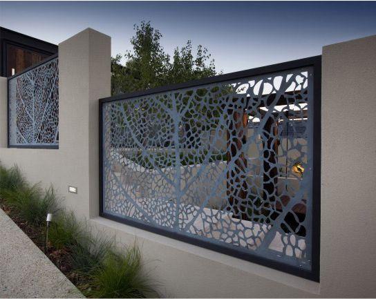 delimitarea unei curti cu gard modern din panouri traforate decorative metalice vopsite