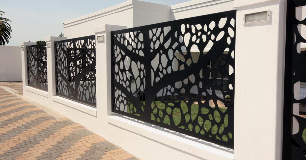 Gard modern in zona rezidentiala Pipera avand panouri decorative traforate fixate in stalpi de beton