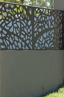 arhitectura gard solid cu motive decorative realizat din panouri metalice asezate pe un soclu din beton