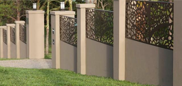 curte fara poarta imprejmuita cu gard masiv soclu beton care sustine panouri metalice masive traforate cu laser