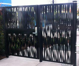 poarta si panou gard cu decupaje arhitecturale in metal