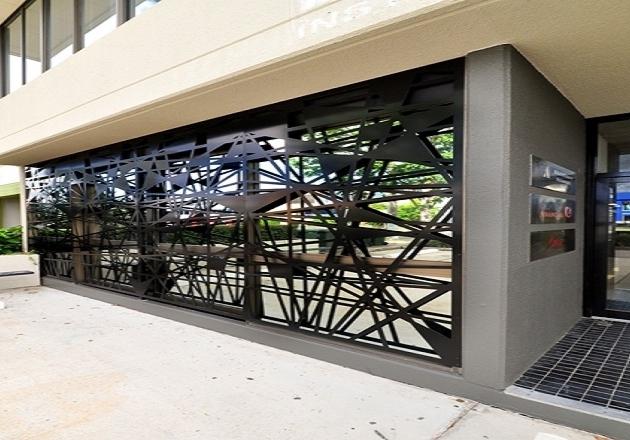 grilajul metalic decorativ pentru protectie a fatadei, antiefractie si de siguranta a geamurilor.