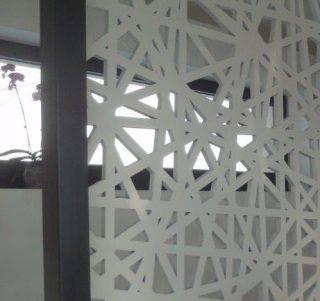 panou decorativ sustinut de un stalp protectie la caderea in gol pe scara interioara