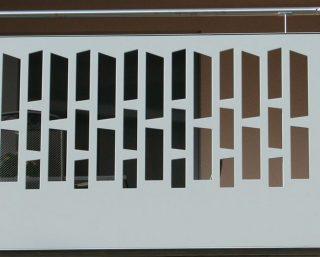 etaj terasa protejat cu panouri decorative culoare gri