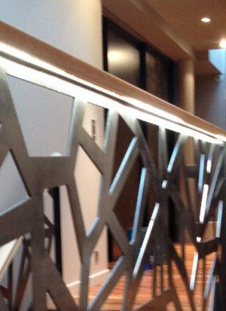 protectie etal locuinta, parapet metalic cu mana curenta din lemn
