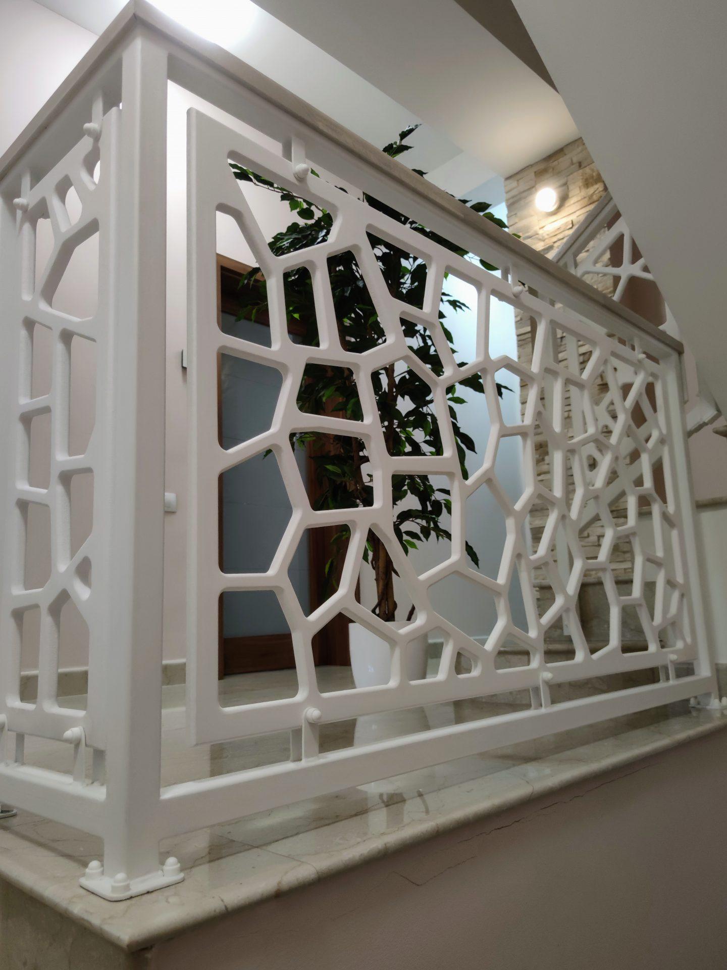 Scara interioara cu trepte marmura si balustrada mdf cu mana curenta din lemn stejar