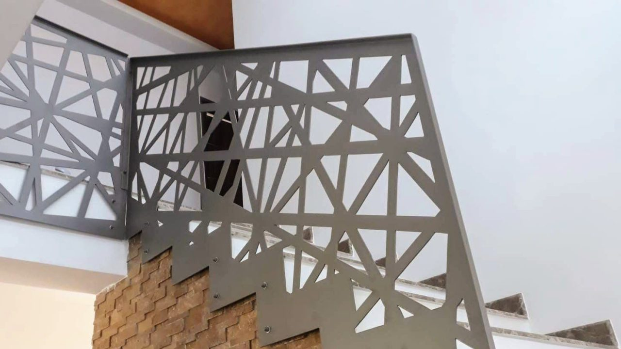 mana curenta metalica la balustrada scara interioara