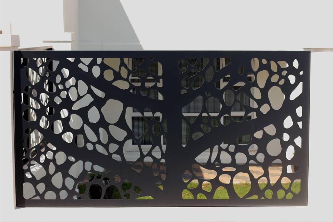 panou gard modern incadrat intre stalpi beton