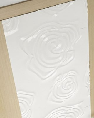 placa mdf vopsita alb design motifv floral lipita pe usa de interior