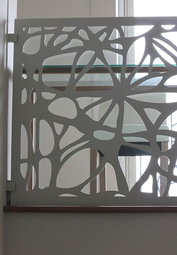 balustrada alba metalica fixata de perete